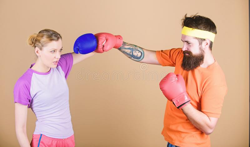 ponsen, sportsucces Knockout en energie paar opleiding in bokshandschoenen Gelukkige vrouw en gebaarde man training binnen royalty-vrije stock foto