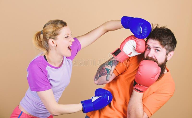 ponsen, sportsucces Knockout en energie paar opleiding in bokshandschoenen Opleiding met bus sportkleding strijd stock foto