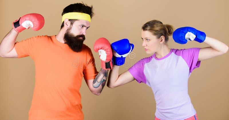 ponsen, sportsucces Opleiding met bus Knockout en energie paar opleiding in bokshandschoenen sportkleding strijd royalty-vrije stock afbeelding