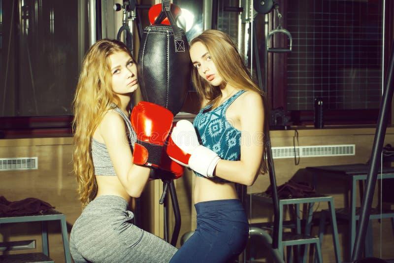 Ponsen van twee het mooie meisjesboksers stock foto's