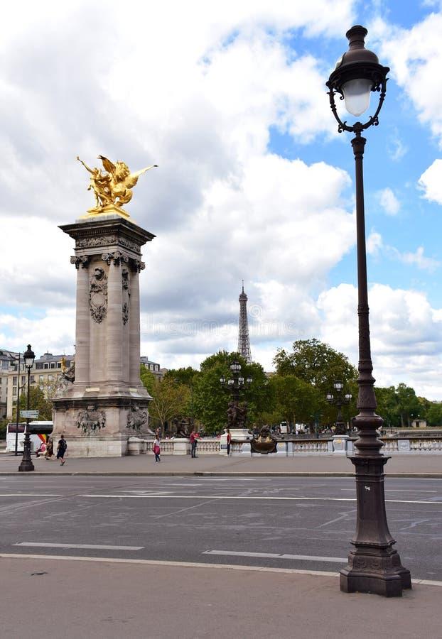 Pont亚历山大III,埃菲尔铁塔和街灯 巴黎,法国,2018年8月11日 免版税库存图片