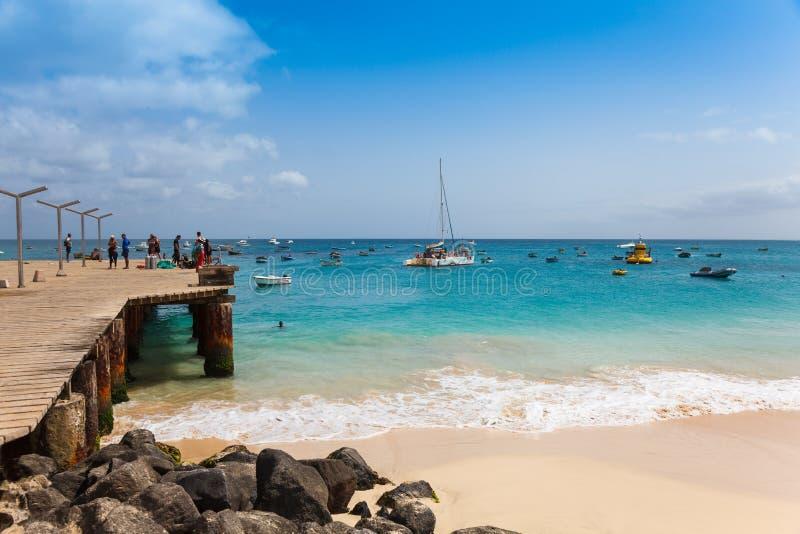 Pontón de la playa de Santa Maria en la isla Cabo Verde - Cabo Verde de la sal fotografía de archivo