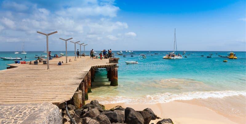 Pontón de la playa de Santa Maria en la isla Cabo Verde - Cabo Verde de la sal fotos de archivo libres de regalías
