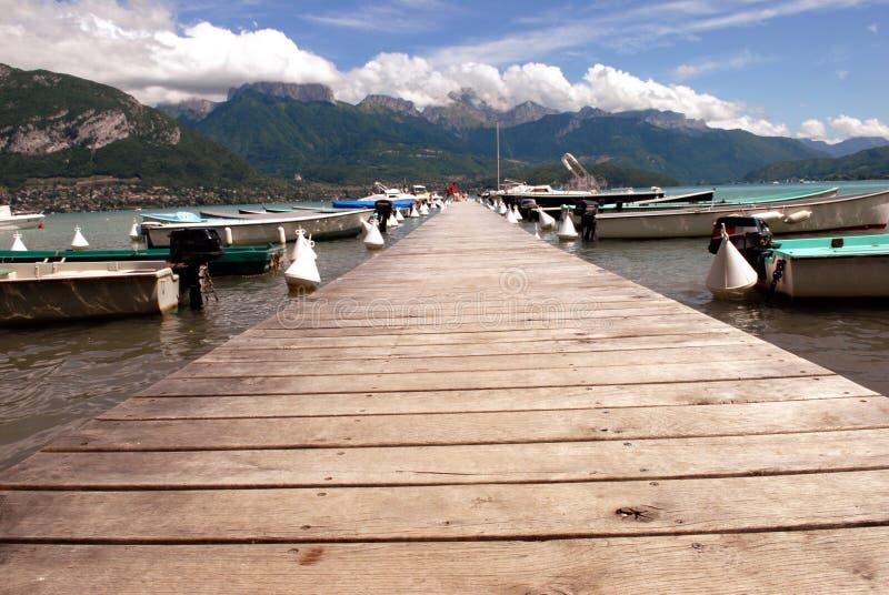 Pontón de madera en el lago Annecy foto de archivo