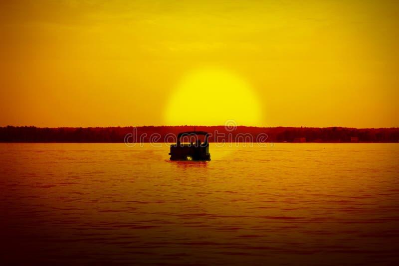 Pontón en la puesta del sol imagen de archivo libre de regalías