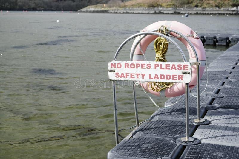 Pontón para la muestra de seguridad de los barcos ninguna escalera de cuerdas en Crinan Argyll foto de archivo