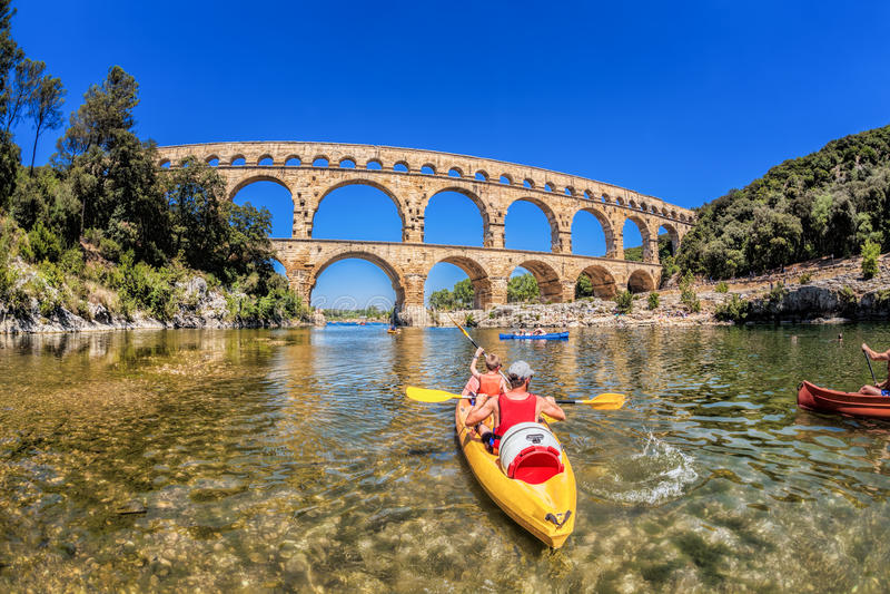 Pont与明轮船的du加尔省是老罗马渡槽在普罗旺斯,法国 免版税库存图片
