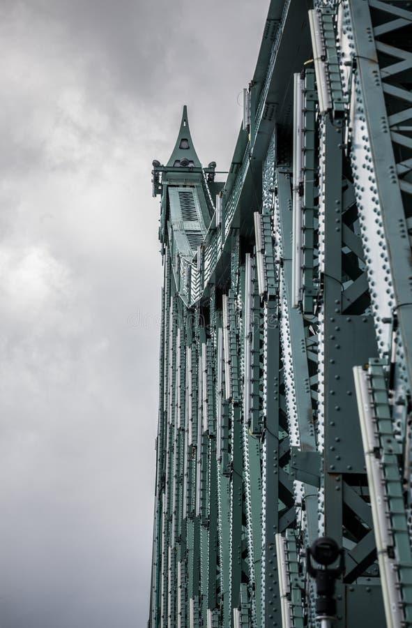 Pont雅克・卡蒂埃桥梁细节在朗基尔采取的朝蒙特利尔的方向,在魁北克,加拿大,在多云下午期间 库存照片
