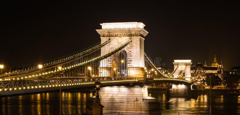 Pont à chaînes lumineux de Budapest à la nuit photos stock