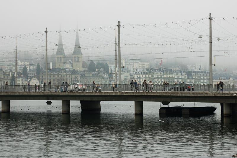 Pont à Lucerne en brouillard, hiver de la Suisse Decemper 2017 éditorial photo libre de droits