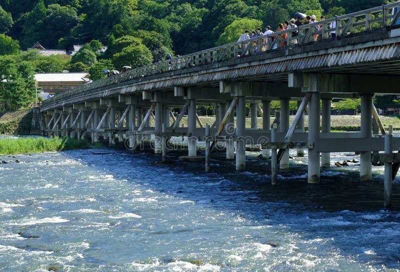 Pont à travers la rivière images stock