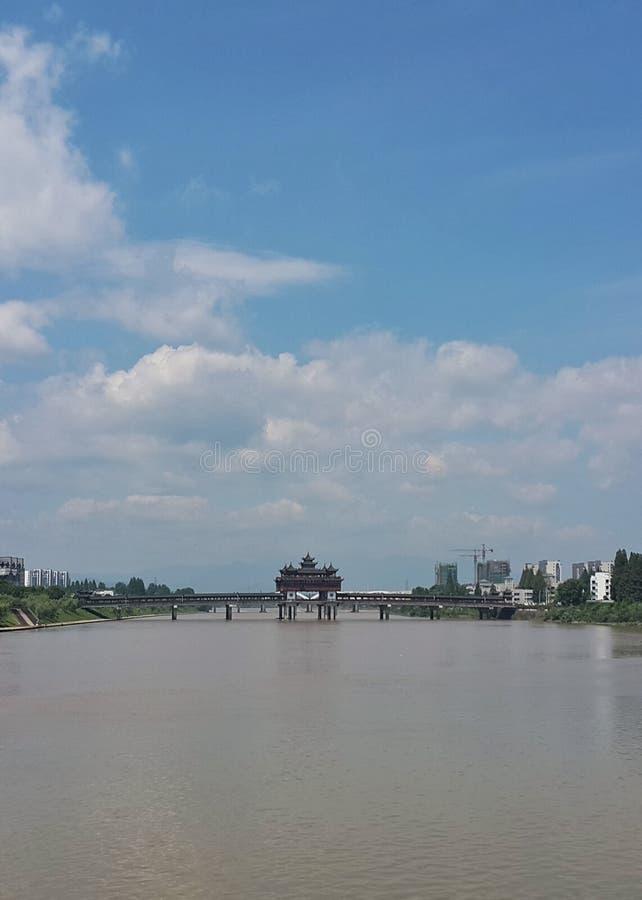 Pont à travers la rivière dans la porcelaine un jour de ciel bleu photographie stock