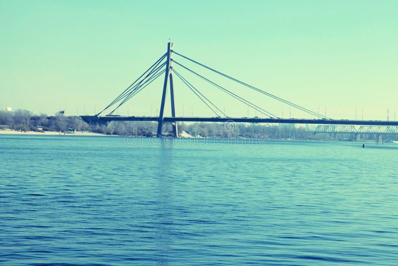 Pont à travers la rivière de Dnieper, Kiev images stock