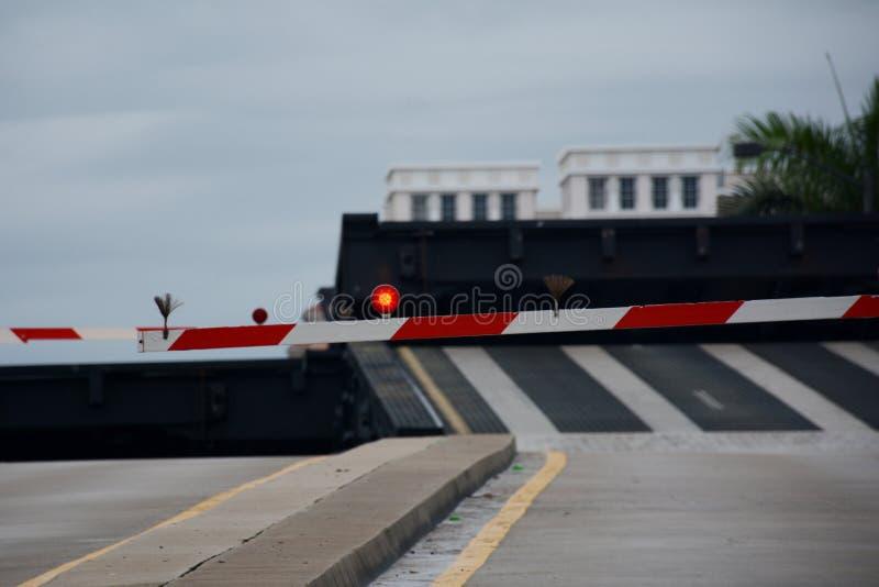 Pont élevé, chaussée avec des ligths du trafic et barrières image stock