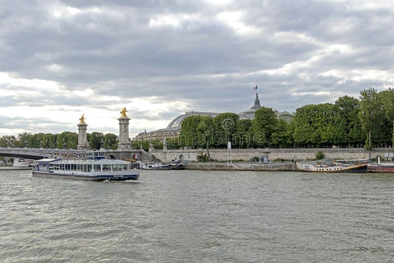 Pont Александр III (мост) Александр III, самый богато украшенный, самый экстравагантный мост в Париже, Реке Сена, Франции стоковые фото