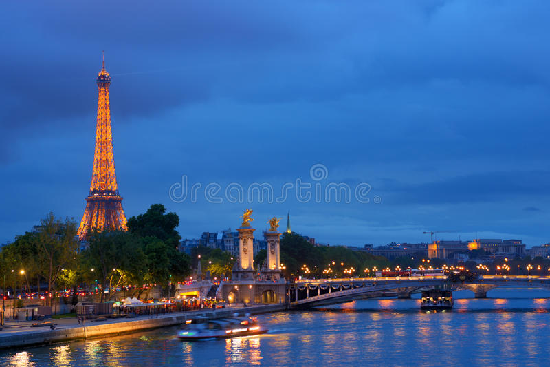 Pont Александр III и Эйфелева башня в Париже стоковые фото