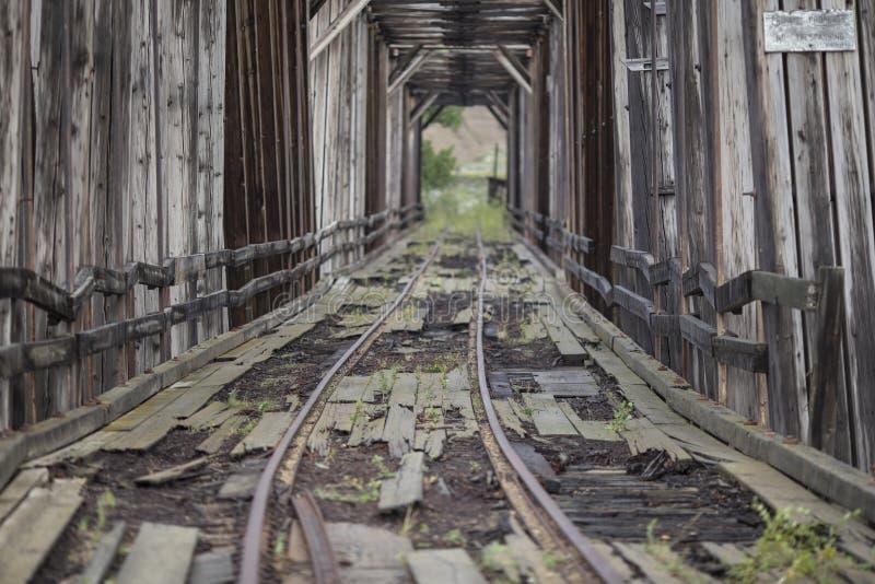 Pont abandonné en train horizontal image libre de droits