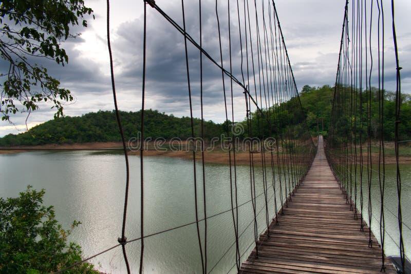 Pont accrochant au-dessus de réservoir en Kang Krajarn National Park, Thaïlande image stock