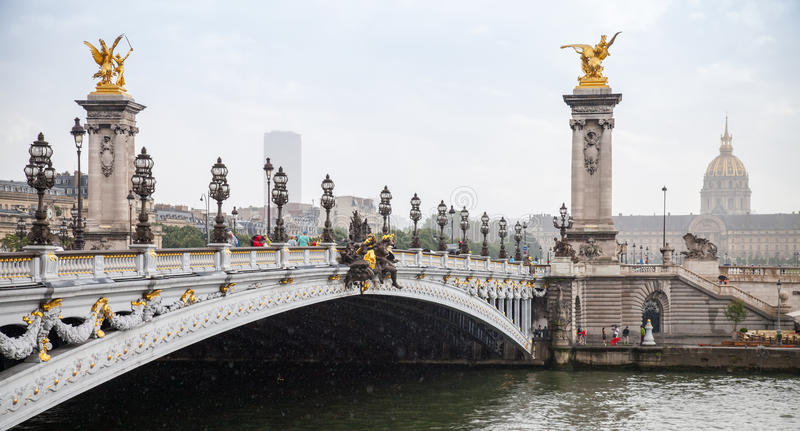 Pont Alexandre ΙΙΙ (Αλέξανδρος ΙΙΙ γέφυρα) σε μια βροχερή θερινή ημέρα στοκ φωτογραφίες με δικαίωμα ελεύθερης χρήσης