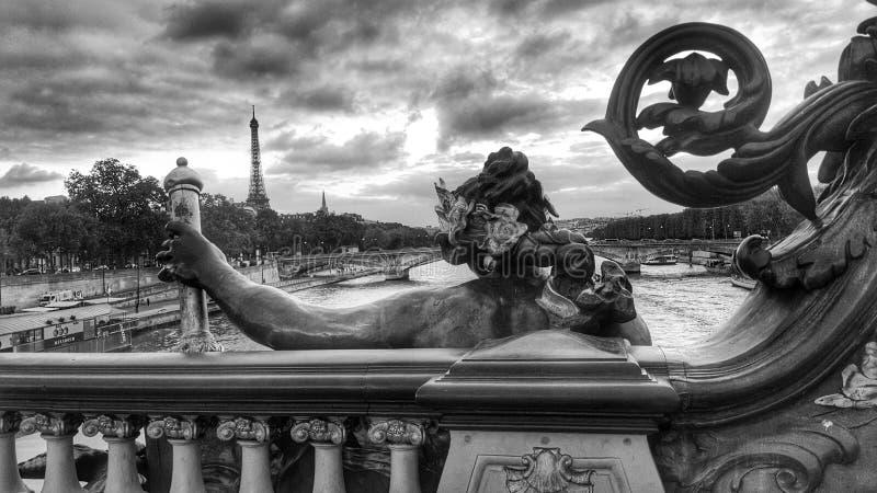 Pont Alexandre et Tour Eiffel, vue de Paris et la seine de rivière photos stock