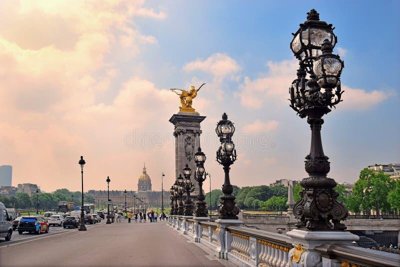 Pont Alexandre III över floden Seine och hotelldes Invalides, Paris arkivfoton