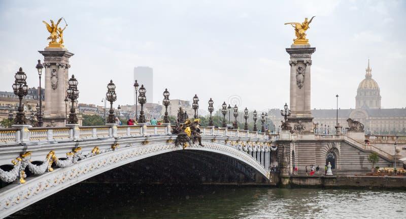 Pont Alexandre III (Alexander III-brug) in een regenachtige de zomerdag royalty-vrije stock foto's