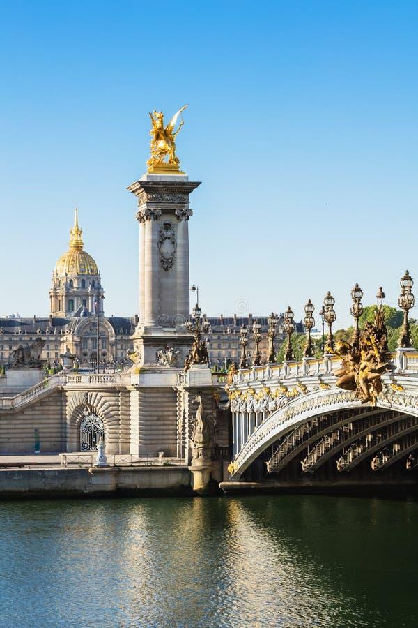 Pont Alexandre III bro över floden Seine med hotelldes Invali royaltyfri fotografi