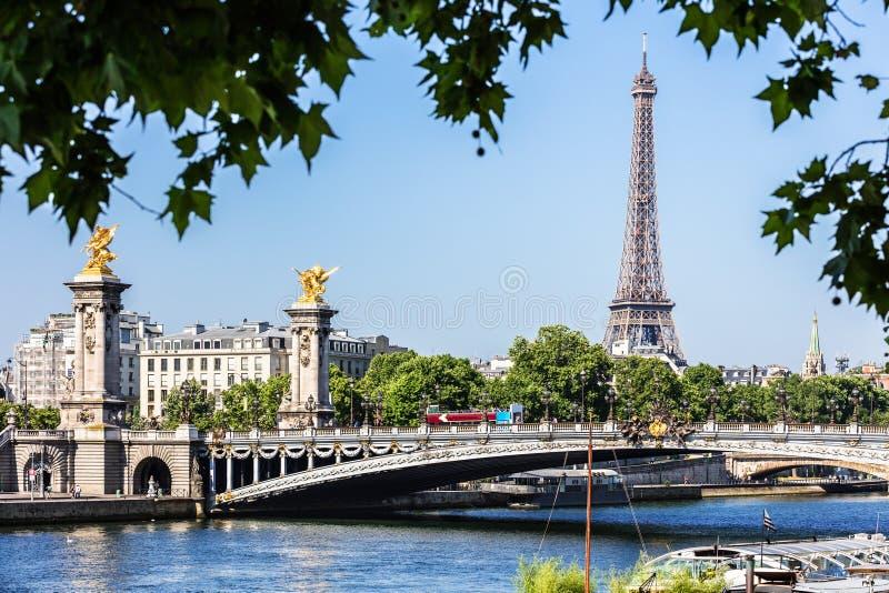 Pont Alexandre III bro med Eiffeltorn france paris royaltyfria bilder
