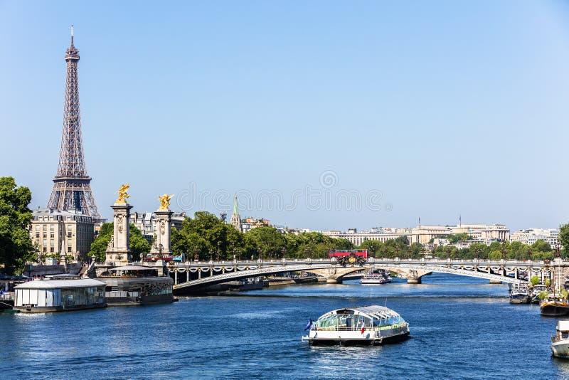 Pont Alexandre III bro med Eiffeltorn france paris arkivfoto