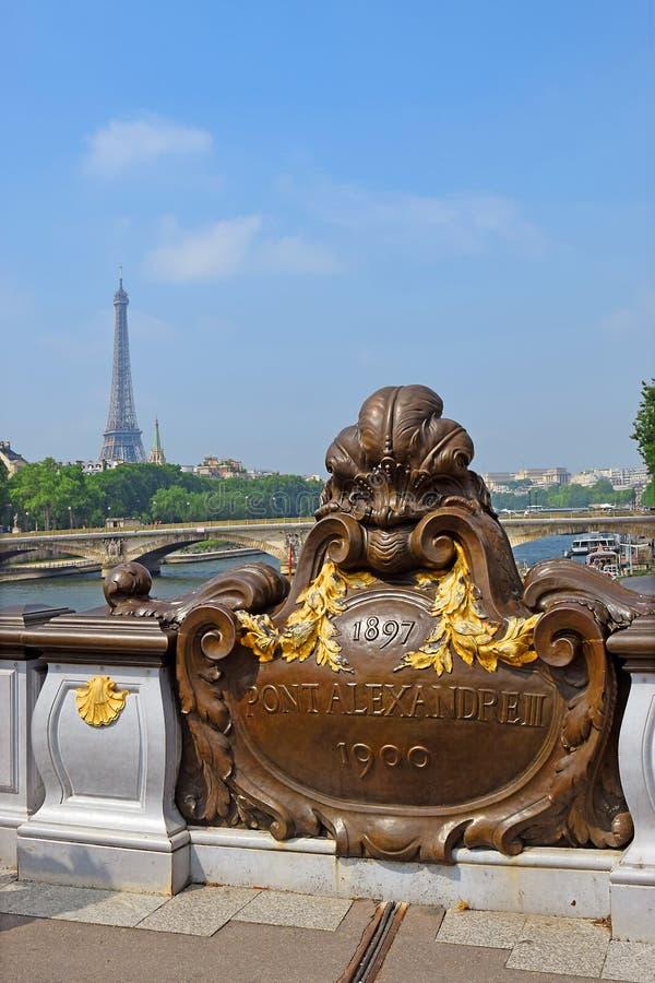 Pont Alexandre III bro och Eiffeltorn i avståndet, Paris fotografering för bildbyråer