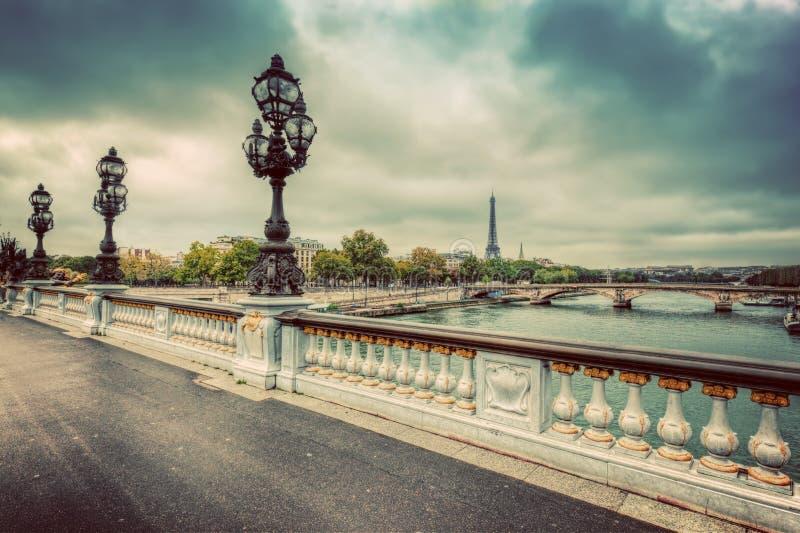 Pont Alexandre III brug in Parijs, Frankrijk De rivier van de zegen en de Toren van Eiffel stock foto