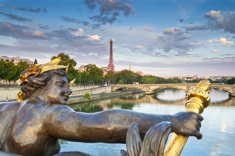 Pont Alexandre III et Tour Eiffel, Paris image libre de droits