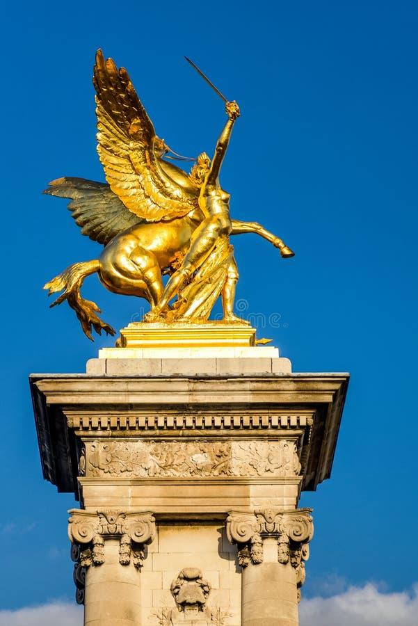 Pont Alexandre III, het vergulde standbeeld van Bekendheid, Parijs royalty-vrije stock foto