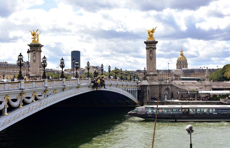 Pont Alexandre III, Les Invalides i wonton rzeka z turystyczną łodzią, Paryż, Francja, 11 2018 Aug obrazy stock
