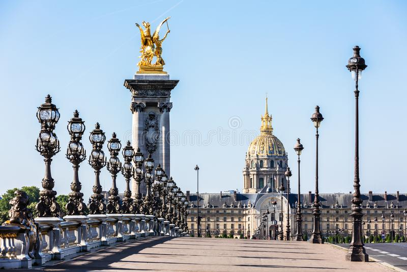 Pont Alexandre III most z hotelu des Invalides Paris france obraz royalty free