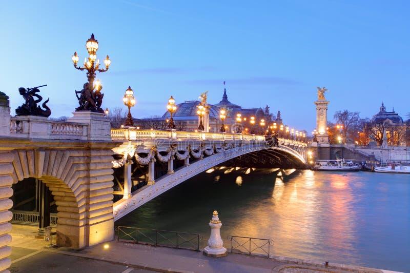 Pont Alexandre III och storslagna Palais på skymning, Paris arkivbild