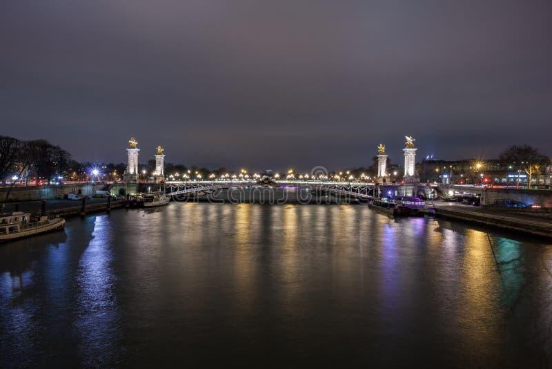 Pont Alexandre III ? Paris la nuit Ce pont est l'un des ponts les plus beaux et les plus décorés au monde et est localisé image libre de droits