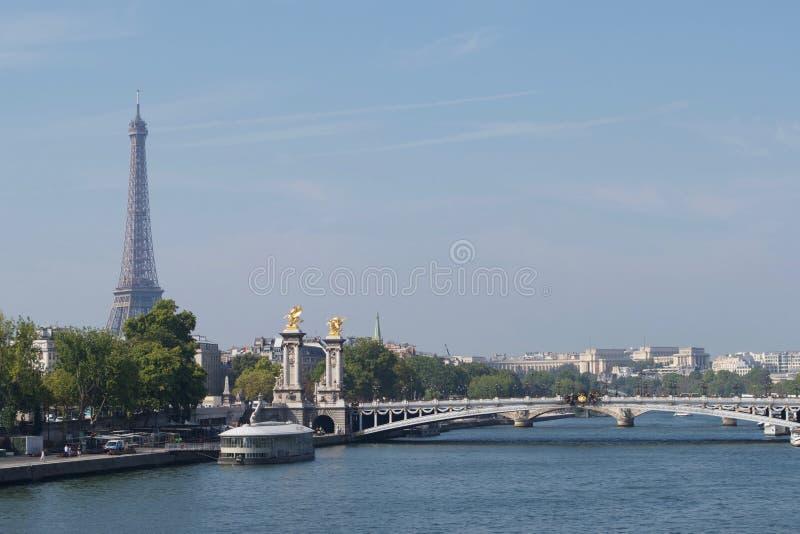Pont Alexandre III Alexandre 3rd bro Paris, Frankrike - flod Seine, Eiffeltorn fotografering för bildbyråer