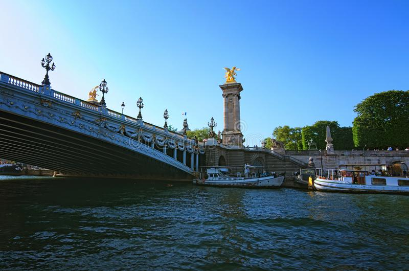 Pont Alexandre 3 jest eleganckim, wspaniałym i lukullusowym mostem w Paryż, Widok od turystycznej łodzi Paris france fotografia stock