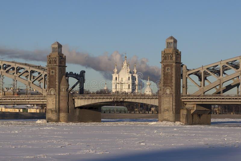 Pont aligné de Bolsheokhtinsky de cathédrale de Smolny St Petersburg Russie images stock