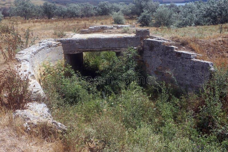 Pont antique abandonné en passage supérieur de route au-dessus d'un étang défraîchi images stock
