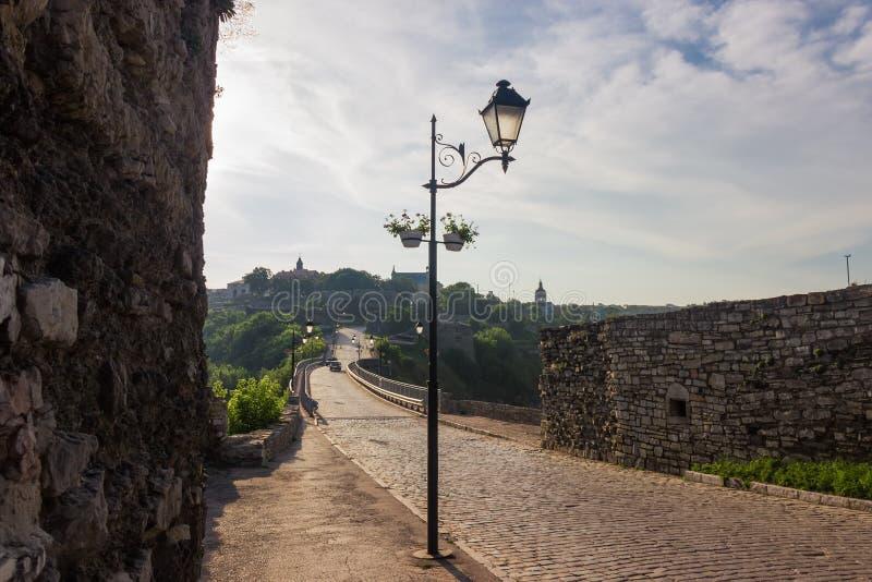 Pont antique de ch?teau et vieille ville, ville de Kamianets-Podilskyi, Ukraine images stock