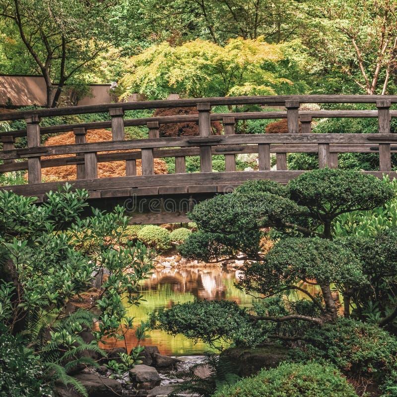 Pont antique de pied dans le jardin japonais de Portland photo stock