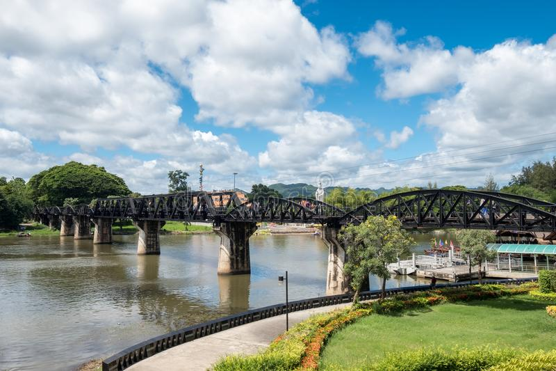 Pont antique sur l'histoire de Kwai de rivière de la deuxième guerre mondiale chez Kanchana image stock