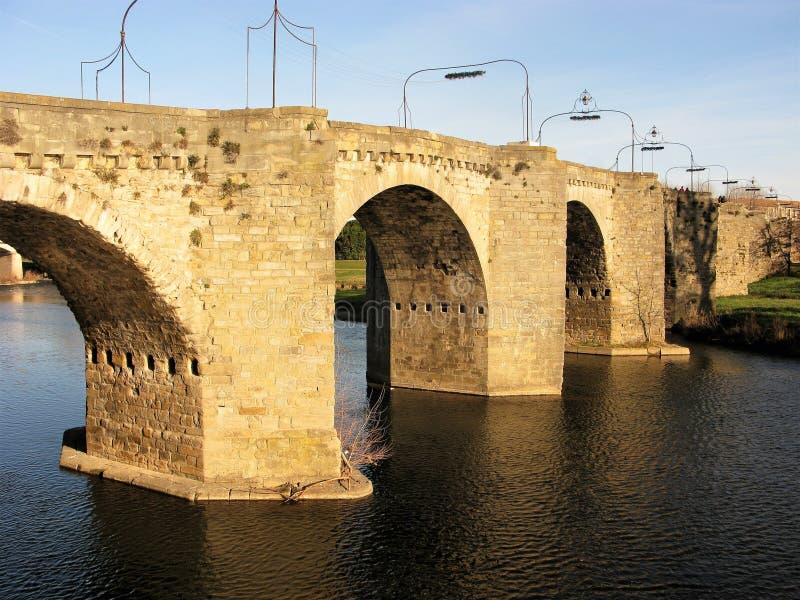 Pont arqué au-dessus de la rivière l'Aude, Carcassonne photos libres de droits