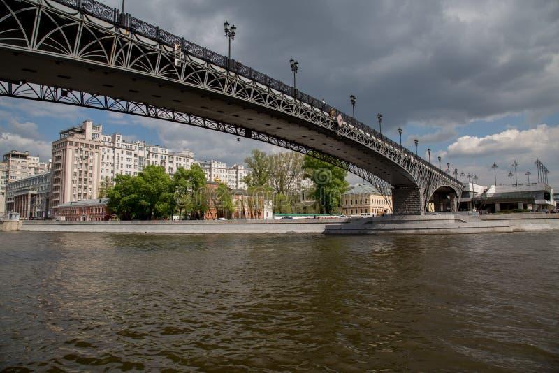 Pont au-dessus d'été Moscou Russie de rivière de Moskva photographie stock