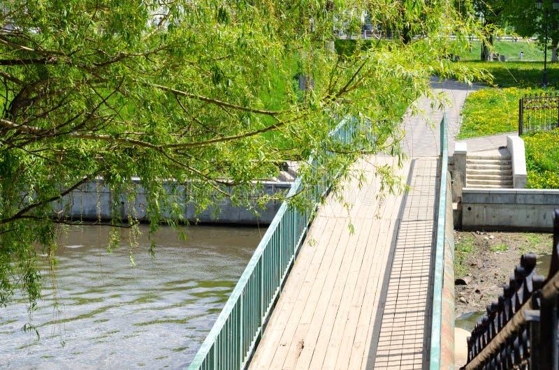 Pont au-dessus d'une petite cascade photos libres de droits