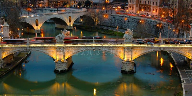 Pont au-dessus d'une rivière photographie stock libre de droits