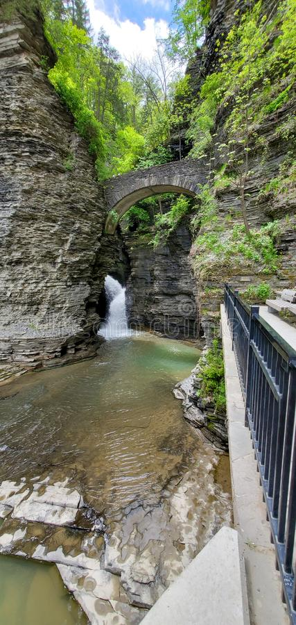 Pont au-dessus de cascade dans le canyon photos libres de droits