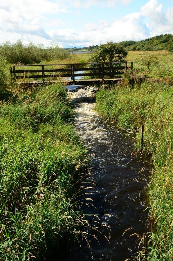 Pont au-dessus de courant - paysage naturel de Lassodie photos stock